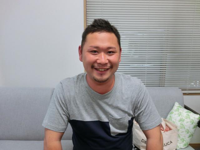 男性の笑顔の写真